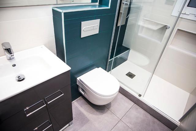 Modelo de cuarto de baño principal, actual, de tamaño medio, sin sin inodoro, con puertas de armario de madera en tonos medios, sanitario de una pieza, baldosas y/o azulejos beige, paredes beige y lavabo de seno grande