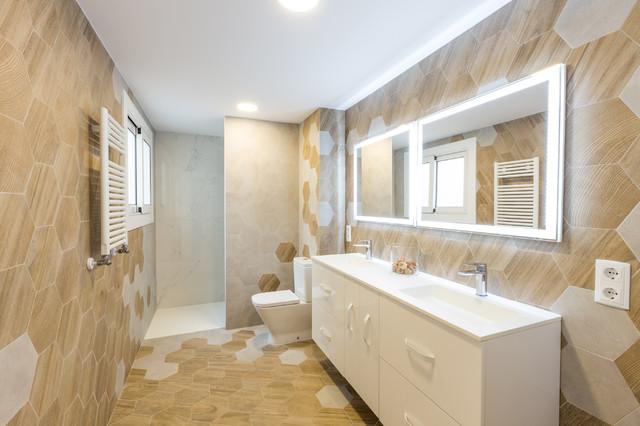Bild på ett funkis badrum, med släta luckor, vita skåp, beige kakel, beige väggar, ett integrerad handfat och beiget golv