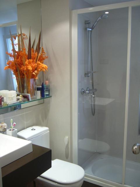 Tapizado vinilico en paredes moderno cuarto de ba o for Revestimiento vinilico para paredes de banos