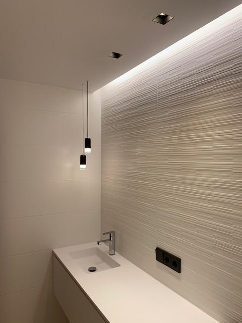 Imagen de cuarto de baño con ducha, minimalista, de tamaño medio, con ducha a ras de suelo, paredes blancas y suelo blanco