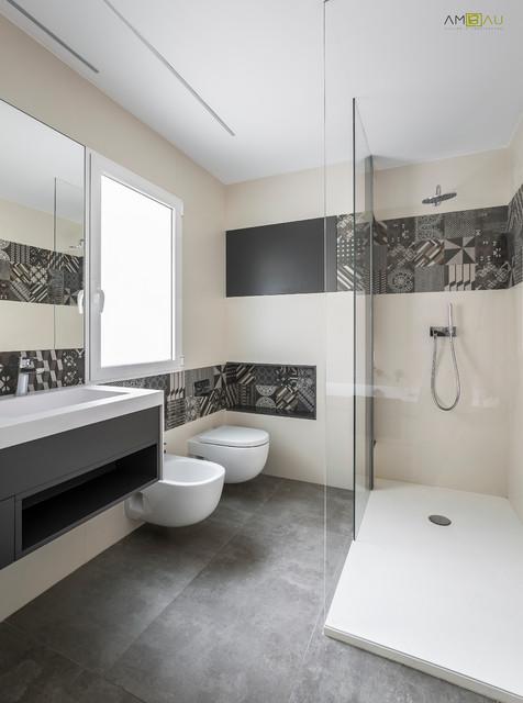 Exemple d'une salle d'eau tendance de taille moyenne avec un placard sans porte, des portes de placard grises, une douche d'angle, un WC suspendu, un carrelage beige, un carrelage noir et blanc, des carreaux de céramique, un mur beige, béton au sol et une grande vasque.