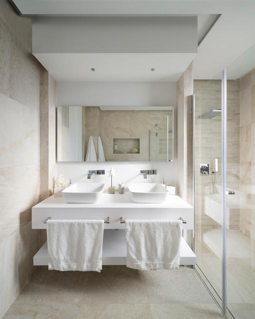 Imagen de cuarto de baño actual, de tamaño medio, con ducha a ras de suelo y lavabo sobreencimera