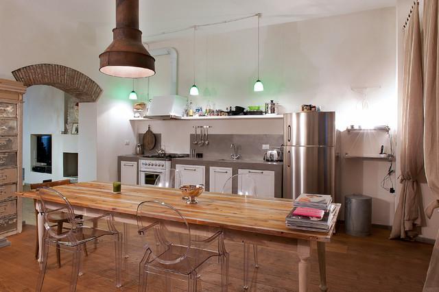 Ispirazione per una cucina industriale con ante in stile shaker, ante bianche, top in cemento, pavimento in legno massello medio e nessuna isola