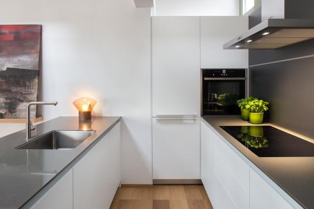 Andrea castrignano una scala per le stelle contemporaneo cucina milano di riccardo - Cucina bianca top nero ...