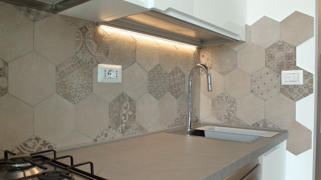 Foto di una piccola cucina design con lavello da incasso, ante con riquadro incassato, ante bianche, top in laminato, paraspruzzi multicolore, paraspruzzi in gres porcellanato, elettrodomestici in acciaio inossidabile, pavimento in gres porcellanato e nessuna isola