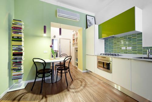キッチン背面にグリーンのアクセントクロス
