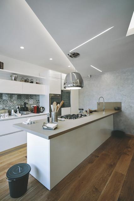 Ispirazione per una grande cucina design con lavello sottopiano, ante lisce, ante bianche, paraspruzzi con piastrelle in ceramica, elettrodomestici in acciaio inossidabile, pavimento in legno massello medio e penisola