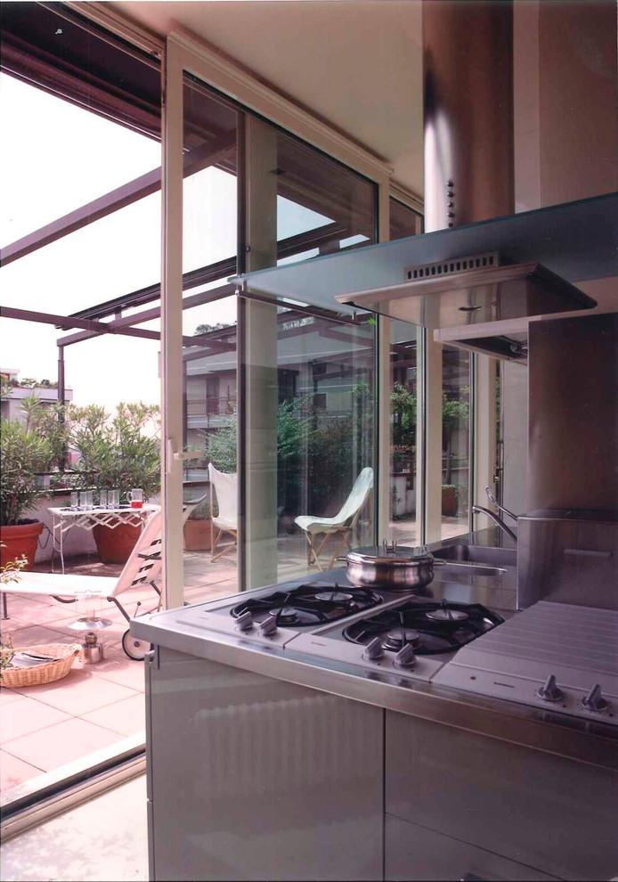 Idee per una cucina ad ambiente unico minimal di medie dimensioni con lavello a doppia vasca, ante lisce, ante grigie, top in laminato, paraspruzzi a effetto metallico, elettrodomestici in acciaio inossidabile, pavimento in marmo e una penisola