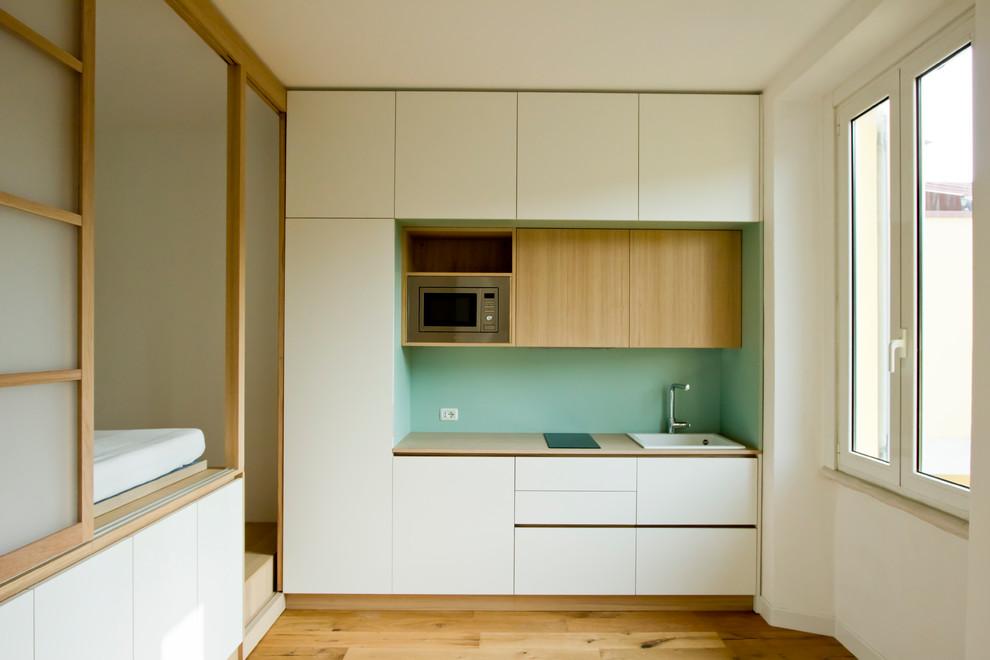 Esempio di una piccola cucina scandinava con lavello da incasso, ante lisce, ante bianche, top in legno, paraspruzzi verde, paraspruzzi in legno, elettrodomestici in acciaio inossidabile, parquet chiaro, pavimento marrone e top marrone