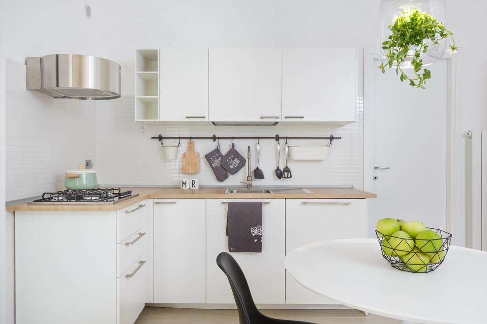 Esempio di una piccola cucina scandinava con ante lisce, ante bianche, top in legno, paraspruzzi bianco, nessuna isola, lavello da incasso e pavimento beige