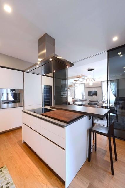 Idee per una grande cucina lineare design chiusa con ante lisce, ante bianche, top in superficie solida, elettrodomestici in acciaio inossidabile, pavimento in legno massello medio e isola