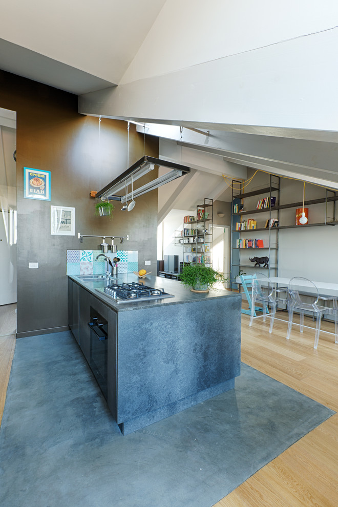 Diseño de cocina urbana con puertas de armario grises y península