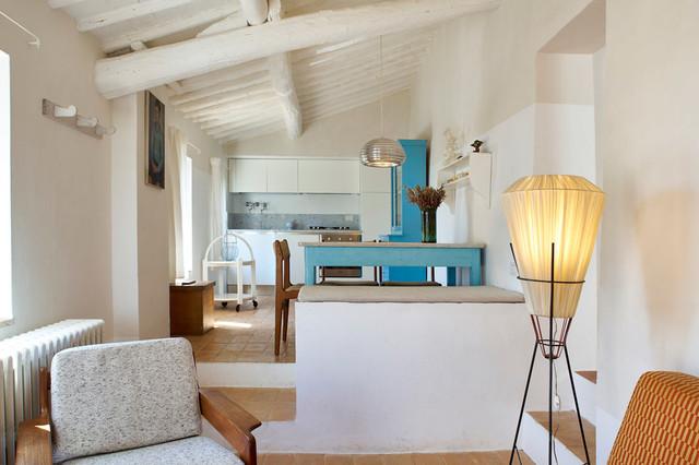 Immagine di una cucina mediterranea di medie dimensioni con pavimento in mattoni e pavimento arancione