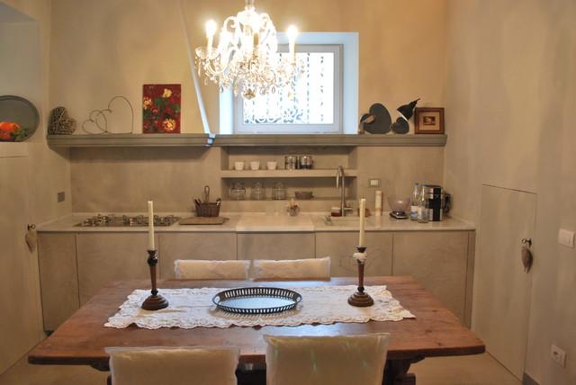 Cucina con ante finitura resina e marmo Carrara