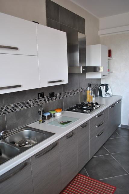 Cucina con antina in polimerico rovere grigio - Moderno - Cucina ...