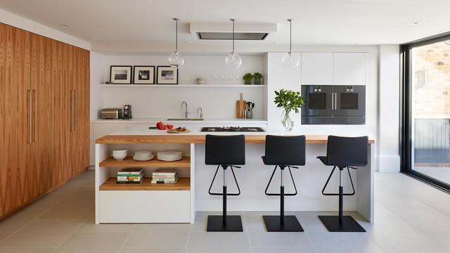 Cucina con isola e colonne in olmo - Skandinavisch - Küche ...