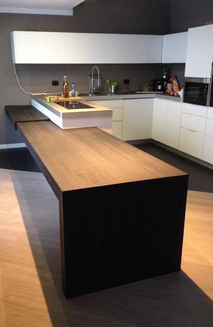 Cucina con tavolo penisola estraibile e top in fenix for Penisola da cucina