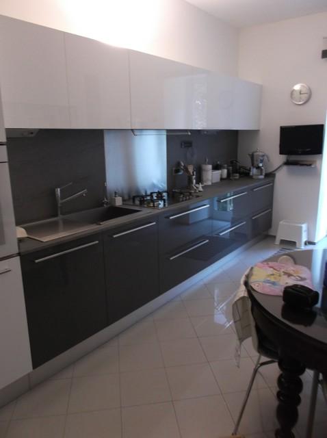 Cucina dai colori lucidi top laminato e schienali laminato acciaio contemporaneo cucina - Top laminato cucina ...