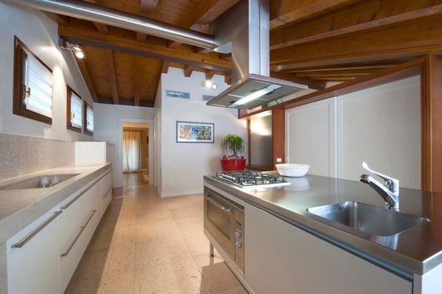 Cucina e arredo completo di un attico contemporaneo - Alessi mobili gela ...