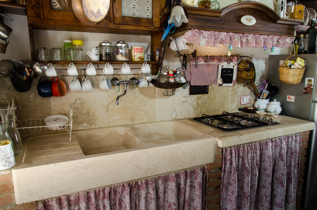 Cucina in travertino stile country - Shabby-Chic Style - Cucina ...