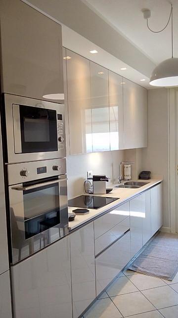 Cucina laccata lucida ecrù, sagomata e chiusa da un cartongesso ...