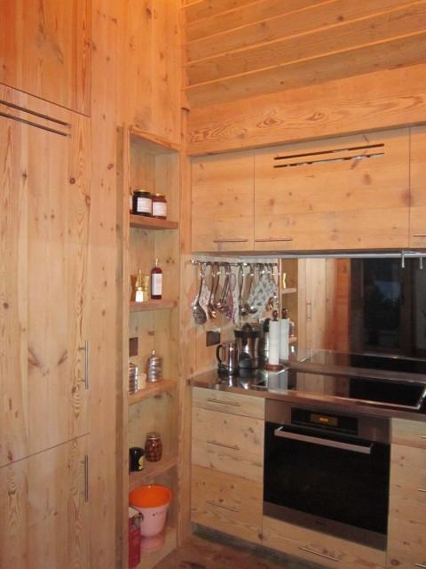 Cucina legno vecchio, acciaio e specchio