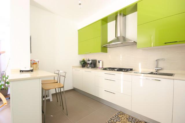 Cucina moderna laccata lucida verde - Contemporaneo - Cucina ...