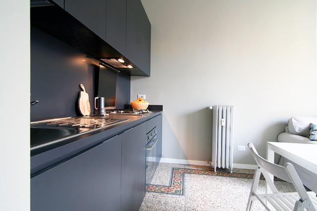 Ispirazione per una cucina design con lavello a vasca singola, ante grigie, top in laminato, paraspruzzi grigio e elettrodomestici in acciaio inossidabile