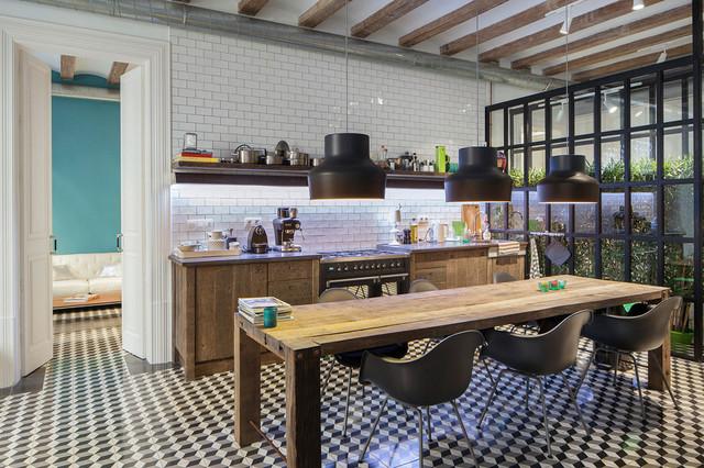 Ejemplo de cocina comedor lineal, urbana, con armarios con paneles lisos, puertas de armario de madera oscura, salpicadero blanco, salpicadero de azulejos tipo metro y suelo de baldosas de cerámica