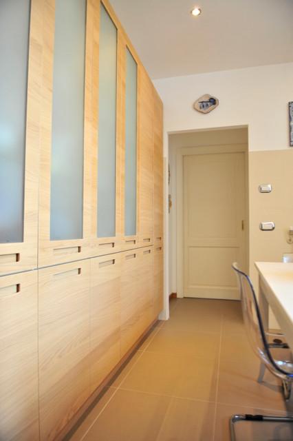La parete ad armadio continuo. - Scandinavo - Cucina - Roma - di ...