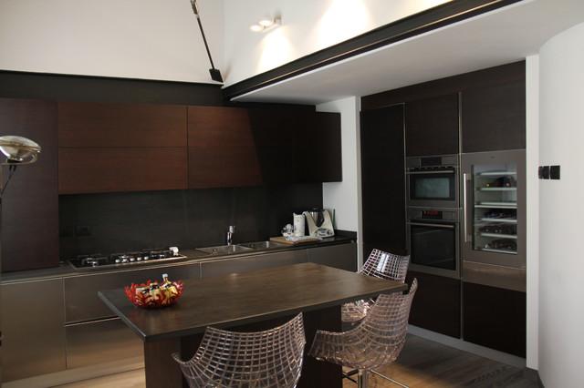 La parete attrezzata: frigo, colonna forno/microonde e ...
