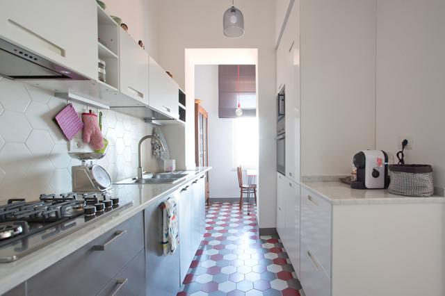 Idee per una grande cucina parallela boho chic con lavello a doppia vasca, ante lisce, pavimento con piastrelle in ceramica, nessuna isola e pavimento multicolore