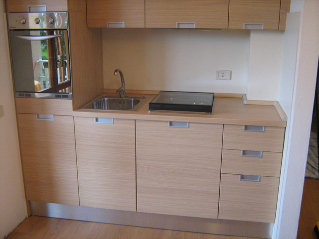 Progetto e realizzazione di arredo per mini appartamento moderno cucina milano di idea d - Progetto arredo cucina ...