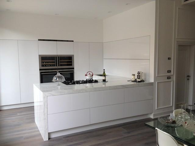 Ristrutturazione con cucina su misura total white   moderno ...