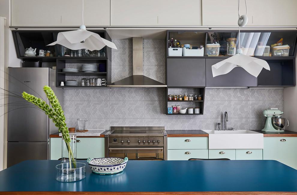 Immagine di una cucina contemporanea di medie dimensioni con lavello a vasca singola, ante lisce, ante grigie, top in laminato, paraspruzzi grigio, paraspruzzi con piastrelle in ceramica, elettrodomestici in acciaio inossidabile, parquet chiaro, nessuna isola e top grigio