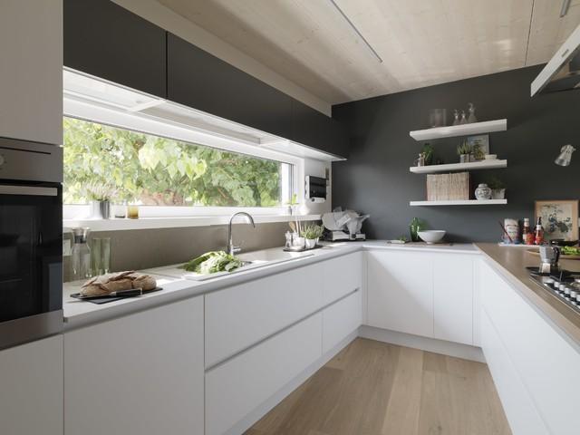 Idee per una cucina ad U minimal di medie dimensioni con lavello a doppia vasca, ante lisce, ante bianche, paraspruzzi grigio, elettrodomestici in acciaio inossidabile, parquet chiaro e penisola