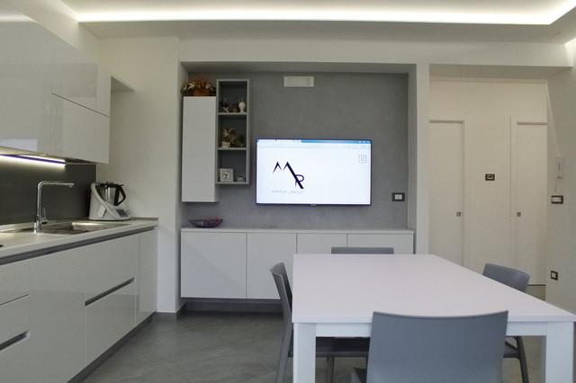 Esempio di una cucina minimal di medie dimensioni con lavello da incasso, ante lisce, ante bianche, top in superficie solida, paraspruzzi grigio, paraspruzzi in gres porcellanato, elettrodomestici in acciaio inossidabile, pavimento in gres porcellanato, nessuna isola, pavimento grigio e top bianco