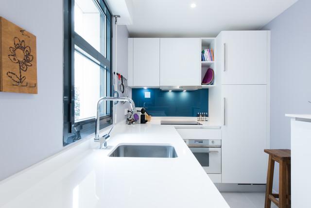 agencement d 39 une cuisine d 39 angle design moderne finition laque blanc mat moderne cuisine. Black Bedroom Furniture Sets. Home Design Ideas