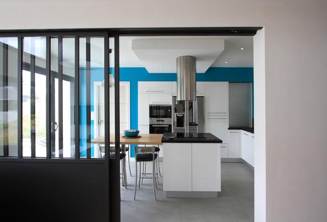 Aménagement d\'une cuisine moderne avec verrière de séparation de pièce.