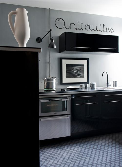 cocina en negro de piso en paris estilo años 50