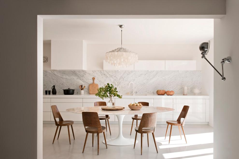 Idee per una grande cucina minimal con ante bianche e nessuna isola