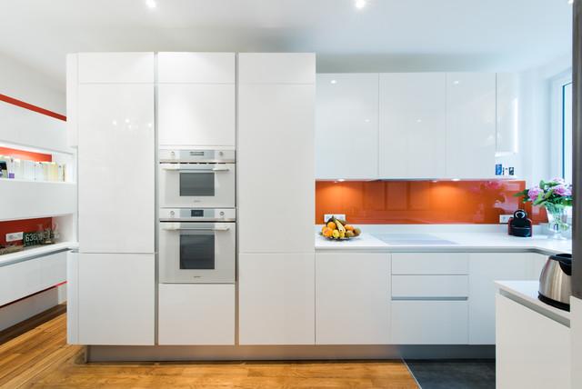 Cuisine d 39 angle totale look blanc avec verri re moderne for Amenagement cuisine angle