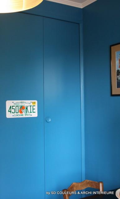 cuisine en total look bleu dynamique midcentury kitchen - Coloriste Montpellier
