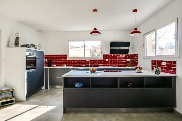Cuisine Grise,plan De Travail Blanc, Carreau Métro Rouge Et Dressing  Contemporary Kitchen