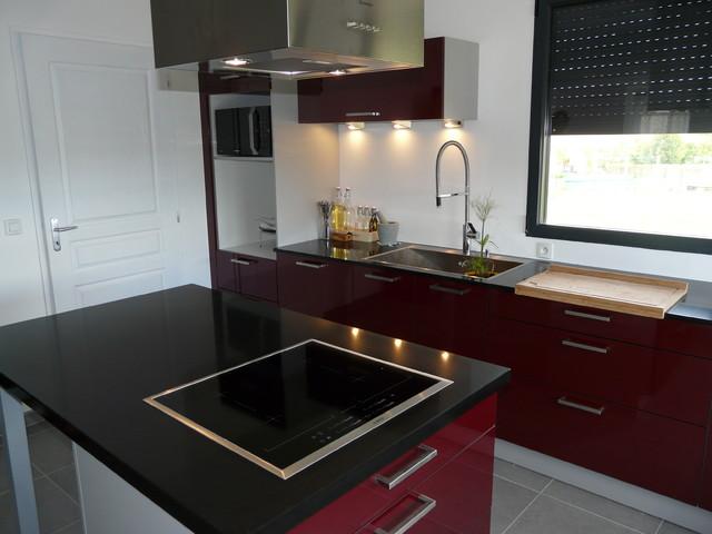 cuisine laque bordeaux plan de travail quartz noir