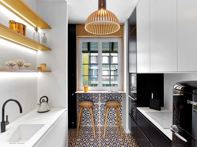 Ispirazione per una piccola cucina parallela contemporanea chiusa con lavello a vasca singola, ante lisce, ante bianche, paraspruzzi bianco, paraspruzzi con piastrelle in ceramica, elettrodomestici bianchi, pavimento con piastrelle in ceramica e nessuna isola
