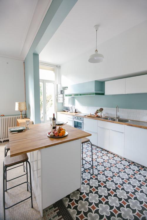 cuisine aux couleurs blanche et bleu clair