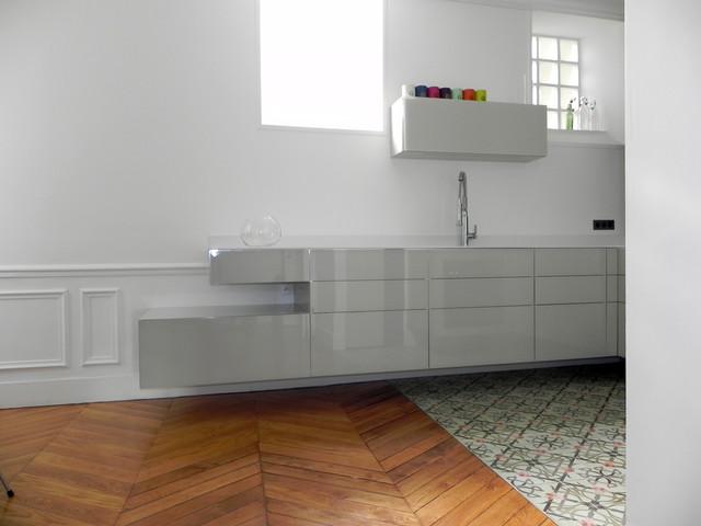 cuisine suspendue dans appartement haussmannien - contemporain