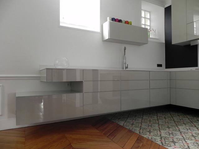 cuisine suspendue dans appartement haussmannien. Black Bedroom Furniture Sets. Home Design Ideas