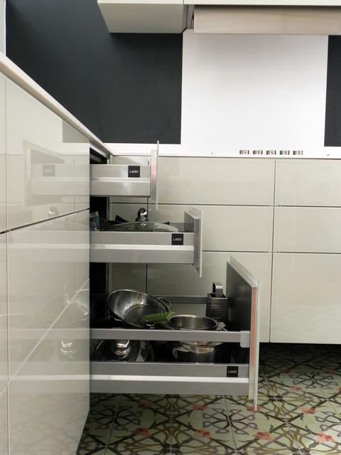 cuisine suspendue dans appartement haussmannien contemporain cuisine paris par arlydesign. Black Bedroom Furniture Sets. Home Design Ideas